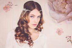 Gatsby Bridal Headpiece, Hochzeitssuite Stirnband Gatsby Crystal, Crystal Bridal Haarschmuck, Hannah Crystal Headpiece Halo #144 von gadegaarddesign auf Etsy https://www.etsy.com/de/listing/229717470/gatsby-bridal-headpiece-hochzeitssuite