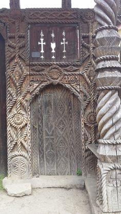 Gate, Maramures Portal, Gothic Buildings, Wooden Crosses, Ap Studio Art, Amazing Buildings, Still Life Art, Door Knockers, Doorway, Traditional House