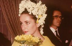 Tradycyjne białe bezy wciąż są popularne, coraz więcej z nas wybiera bardziej oryginalne kroje i kolory. Sprawdziłam i polecam tę opcję. Jessica Biel, Sarah Jessica Parker, Colored Wedding Dress, Wedding Dresses, Vogue Wedding, Monique Lhuillier, Carrie Bradshaw, Elizabeth Taylor, Cleopatra