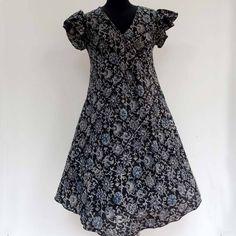 22Robe été à manches tulipe en coton mélangé viscose, grise, noire et bleue, imprimé kalamkari Viscose Fabric, Summer Dresses, Formal Dresses, Ruffle Sleeve, Gray Dress, Soft Fabrics, Cool Outfits, Creations, Short Sleeve Dresses