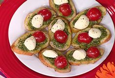 Pesto crostini this is so yummy and so easy Healthy Appetizers, Appetizers For Party, Appetizer Recipes, Appetizer Ideas, Tapas, Holiday Recipes, Christmas Recipes, Christmas Snacks, Drink Recipes