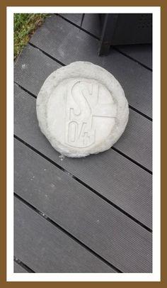 Schalke Emblem als Stein Emblem, Stepping Stones, Outdoor Decor, Home Decor, Stones, Stair Risers, Decoration Home, Room Decor, Interior Decorating