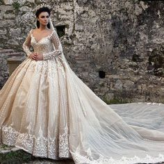 That looks like Elizabeth swan from pirates of the carabean Wedding Dressses, Bridal Wedding Dresses, Dream Wedding Dresses, Bridal Style, Beautiful Gowns, Dream Dress, Dress Collection, Designer, Ball Gowns