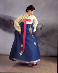 Oh my God, I want this hanbok! Korean Hanbok, Korean Dress, Korean Outfits, Korean Traditional Dress, Traditional Dresses, Authentic Costumes, Oriental Dress, Lany, Folk Costume