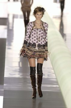 http://www.livingly.com/runway/Chanel/Paris Fashion Week Fall 2003/4f3Kj8jGPR-