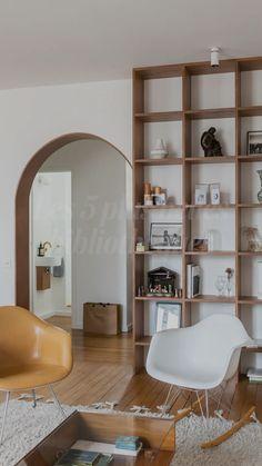 Apartment Bookshelves, Built In Shelves Living Room, Bookshelves In Living Room, Modern Bookshelf, Bookcases, Home Library Design, Home Interior Design, Home Living Room, Living Room Decor