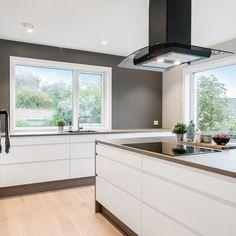 """AUBO Kjøkken & Bad on Instagram: """"Det trenger ikke å være komplisert for å være bra ✨ #aubokjøkken #danskdesign #kjøkken . . . . #aubo #hvittkjøkken #kjøkkentrender…"""" Kitchen, Home Decor, Decor, Kitchen Island"""