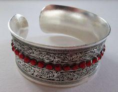 Tibet Silber Armreif mit roten Schmucksteinen von BAMBOLA - Schönes mit Händen schaffen auf DaWanda.com
