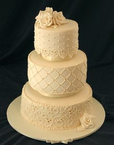 I've realized I have pretty traditional tastes when it comes to wedding cakes - I like them simple and stunning.