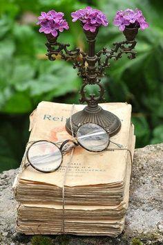Spectacles, well worn books & lilacs / Au Pays des Merveilles                                                                                                                                                      Plus