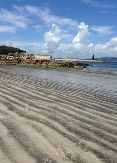 Playa de Alcabre con el Museo del Mar al fondo. Vigo.