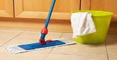 Quel cattivo odore che si sente a volte dopo aver lavato a terra, può essere eliminato creando un detersivo senza sapone a base di aceto