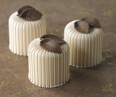 Suklaalehdellä koristellut leivokset.