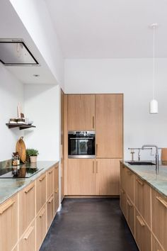 Wabi sabi meets modern in a terrace house renovation (Desire To Inspire) Classic Kitchen, New Kitchen, Interior Desing, Interior Design Kitchen, Natural Stone Countertops, Decoracion Vintage Chic, Küchen Design, Design Studio, Cuisines Design