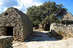 Le village des Bories : Les lieux mythiques de la Provence - A quelques kilomètres de Gordes, le village des Bories est constitué de maisons construites en pierre sèche de couleur blanche. Ce sont les plus pauvres qui habitaient autrefois dans ces édifices ronds et simples.  ©  Gérard Despalles