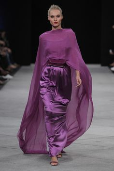 Veronica - My site Purple Fashion, Look Fashion, High Fashion, Fashion Show, Couture Fashion, Runway Fashion, Womens Fashion, Satin Dresses, Elegant Dresses