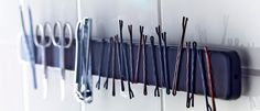 Ikea ideas: new way to use magnetic knife holder in bathroom to keep bobby pins and other small objects in order. Magneettinen veitsiteline hiuspinnien ja kynsisaksien säilytyspaikkana