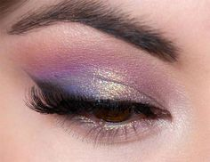 purple eyeshadow pink eyeshadow golden glitter eyeshadow If your outfit is light purple try light pink eyeshadow makeup for a day wedding; if your outfit is orange try matte nude eyeshadow makeup Purple Eyeshadow Looks, Purple Eye Makeup, Pink Eyeshadow, Eye Makeup Art, Cute Makeup, Pretty Makeup, Eyeshadow Makeup, Purple Wedding Makeup, Eyeshadows
