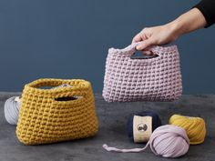 Create a personalised crochet clutch in your favourite colours with the sisters' tube yarn which gives a nice, soft result. Crochet Gifts, Diy Crochet, Crochet Hooks, Crochet Clutch Bags, Crochet Clutch Pattern, Bags Travel, Slip Stitch, Double Crochet, Crochet Projects