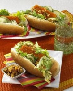 Hot Dog mit Fischstäbchen Rezept: Dill,Essig,Zucker,Öl,Salatgurke,B,Iglo,Hot-Dog-Brötchen,Salatblätter,Petersilie,Remoulade,Ketchup,Röstzwiebeln