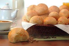 Pão de queijo, comida típica mineira, presente, com frequência, nos cafés da manhã e lanches - Foto de Castilho Fotografia e Direção