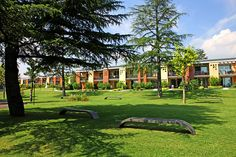 Apartments Gardazzurro - Padenghe sul Garda ... Garda Lake, Lago di Garda, Gardasee, Lake Garda, Lac de Garde, Gardameer, Gardasøen, Jezioro Garda, Gardské Jezero, אגם גארדה, Озеро Гарда ... Welcome to Apartments Gardazzurro Padenghe sul Garda.Delighted by the scent of mediterranean vegetation Apartments Gardazzurro are set in a 45.000 mq² park with secular trees, oleanders and hydrangeas. The fantastic location of one of the swimming pools and the jacu