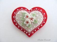 Corazón de fieltro con flores y cuentas.