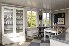 Köket med vackert målat trägolv