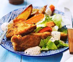 Krispiga kycklingnuggets med dipp blir härligt knapriga då de vänts i mjöl, ägg och ströbröd innan de stekts gyllenbruna i en het panna. Som tillbehör serveras ugnsrostad potatis, sallad, morotsstavar och en dipp som du gör på gräddfil, chilisås och senap. Middagen är klar!