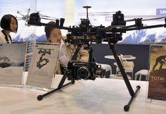 Os drones pequenos estão mais próximos, com modelos básicos em torno de R$ 2,6 mil, como o que está preparado para trabalhar com uma câmera Go Pro. Mas existem modelos de US$ 15 mil - um dos fatores mais importantes é o sistema de estabilização, que garante que as imagens não fiquem tremidas. Saiba mais no G1 ♦ por Guilherme Tosetto.