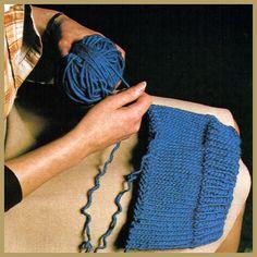 Die Verwendung von aufgezogener Wolle.      Strickarbeiten können aufgezogen und die Wolle erneut verwendet werden. Manche glauben, daß das Aufziehen sehr schwierig und die aufgezogene Wolle nicht so schön wie neue Wolle ist. Doch wenn die Strickarbeit nicht verfilzt ist, kann die aufgezogene Wolle sehr gut noch einmal verwendet werden.