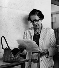 Hannah Arendt, Famous Philosophers, Woman Reading, Beautiful Mind, Great Women, Historical Pictures, Dame, Philosophy, Writer