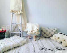 Décoration oriental Handira , plaid ponpoms 100% laine sur  www.maison-boheme. 1a86833fad0