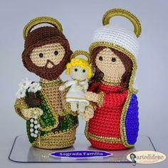 Sagrada Familia  Imagem do facebook Crochet Pig, Crochet Birds, Crochet Amigurumi, Crochet Crafts, Crochet Dolls, Jesus Mary And Joseph, Crochet Angels, Christmas Crochet Patterns, Vintage Patterns