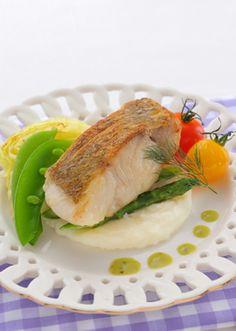 春に美味しい野菜をたっぷり使って真鯛を蒸し焼きしたフランス料理です。 Seafood Dishes, Fish And Seafood, Western Food, Weird Food, Birthday Dinners, Beauty Recipe, Japanese Food, Sweet Treats, Cooking Recipes