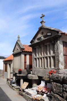 No pitoresco Combarro, Pontevedra, Galiza | Viaje Comigo Mansions, House Styles, Travel, Sea World, Camino De Santiago, Boating, Boats, Voyage, Viajes