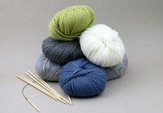 GARN TIL LUA: Lua strikkes i grått, vårgrønt, blått og hvitt. Foto: Margrethe Miljeteig / TV 2 Bobby Pins, Knitted Hats, Diy And Crafts, Hair Accessories, Throw Pillows, Knitting, Beauty, Threading, Toss Pillows