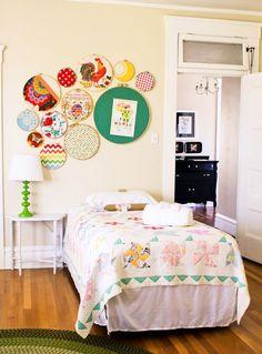 Dormitorio con cama individual. Colcha quilt. Colores alegres.