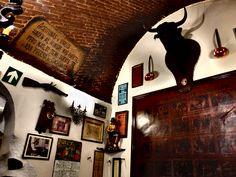 Las Cuevas de Luis Candelas. Este restaurante ocupa el lugar de un almacén de textiles en cuya trastienda la banda se repartía el botín. Esta trastienda comunicaba con la mina de un viaje de agua que se usaba como vía de escape