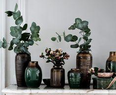 Winterblumen brauchen Vasen mit Charakter. Wir zeigen die aktuellen Trends: Rauchglas, Keramik in dunklen Tönen und Muster, die an kuscheligen Strick erinnern.