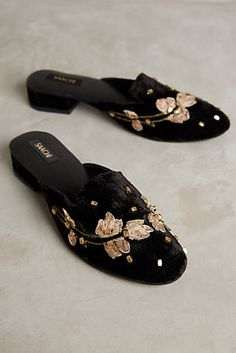 Saachi Chateau Applique Slides 43 Trendy Street Style Shoes That Make You Look Cool – Saachi Chateau Applique Slides Source Pretty Shoes, Beautiful Shoes, Mules Shoes, Shoes Sandals, Mule Sandals, Flat Sandals, Shoes Sneakers, Clutch, Ballerinas