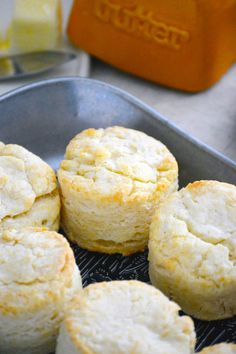 These easy and simple Gluten Free Biscuits are a adapted from my mom's biscuit recipe. These buttery, flaky, fluffy gluten free biscuits are everything you want in a biscuit! Gluten free biscuit recipe from Gluten Free Breakfasts, Gluten Free Desserts, Dairy Free Recipes, Gf Recipes, Soup Recipes, Sans Gluten Sans Lactose, Sem Lactose, Dairy Free Biscuits, Gluten Free Yeast Rolls