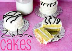 Zebra cakes are so yummy! Homemade zebra cakes must be amazing! Cupcake Recipes, Cupcake Cakes, Dessert Recipes, Mini Cakes, Zebra Cupcakes, Köstliche Desserts, Delicious Desserts, Yummy Food, Little Debbie Zebra Cakes