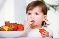 el bebé está comiendo fresas