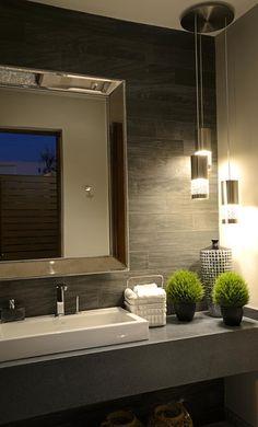 Banheiros modernos por VICTORIA PLASENCIA INTERIORISMO