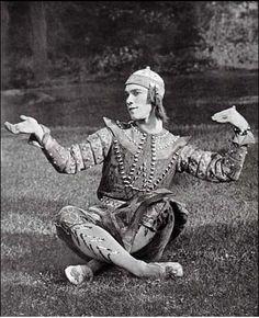 Con l'arrivo dei Ballets Russes di Diaghilev a Parigi, una vera e propria corte di fotografi cominciò ad interessarsi al mondo della danza e a ritrarre i leggendari ballerini della troupe, sui qual…