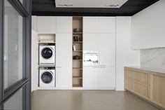 A kitchen with height Condo Kitchen, Kitchen Cupboards, Home Decor Kitchen, New Kitchen, Kitchen Ideas, Aluminium Glass Door, Ikea, Aesthetic Design, Cuisines Design