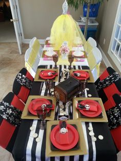 Princess & Pirate Party | Love how the table is divided for the princesses and the pirates www.weheartparties.com
