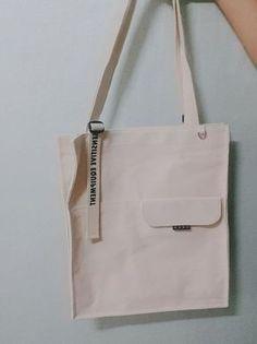 screenprint branding on strap runoff? Sacs Design, Diy Tote Bag, Fabric Bags, Cotton Bag, Cloth Bags, My Bags, Bag Making, Canvas Tote Bags, Fashion Bags