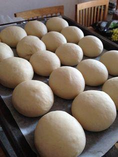 Snabba frallor20 st75 g jäst (1,5 pkt)50 g smör5 dl vatten1/2 msk salt1 msk socker12 dl vetemjöl special ( jag tog vanligt vetemjöl)Smula jästen i en degbunke. Smält smöret, häll i vattnet och värm tills det är 37 grader. Häll degvätskan över jästen och rör om tills den har... Bread Recipes, Baking Recipes, Cake Recipes, Swedish Recipes, Fika, Biscuits, Bakery, Food And Drink, Yummy Food